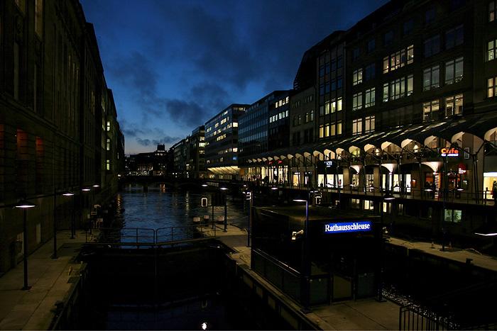 Rathausschleuse Hamburg in der blauen Stunde