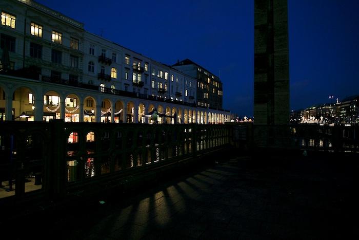 Alsterarkaden Hamburg bei Nacht