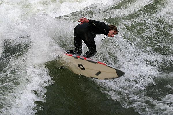 Wellenreiten in München im Eisbach